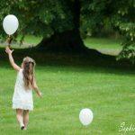petite fille au ballon lors d'un mariage