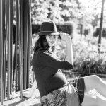Photo en noir et blanc de femme enceinte en extérieur, avec son chapeau et son foulard