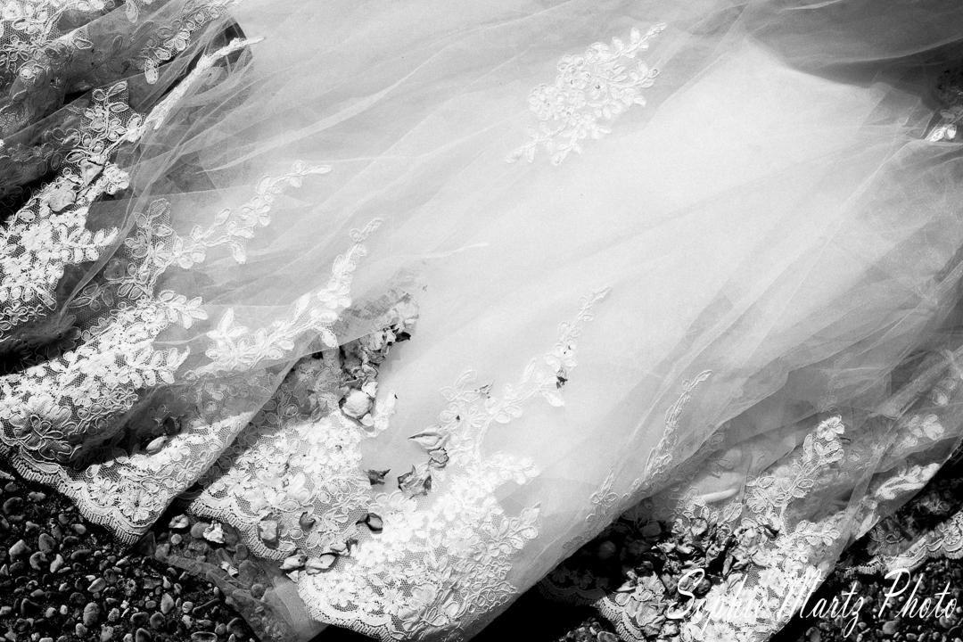 Détail de robe avec des pétales de fleur, noir et blanc