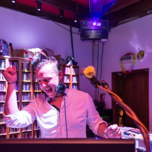 Portrait de DJ dans un dancing