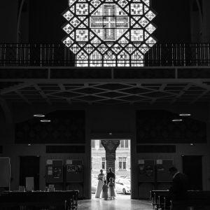 entrée de mariés dans une église, photo en noir et blanc