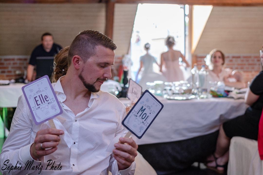 Jeux de mariage, portrait de marié jouant lors de son mariage