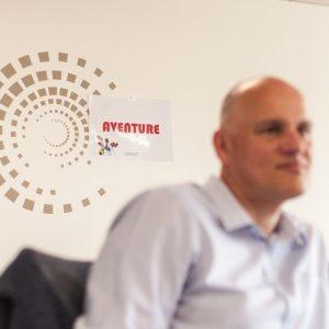 photo corporate d'entreprise, détail de décor et homme en premier plan