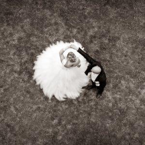 Photo de mariés prise par le dessus au drone