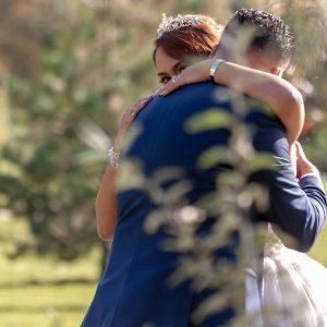 Mariés qui s'enlassent, regard souriant de la mariée