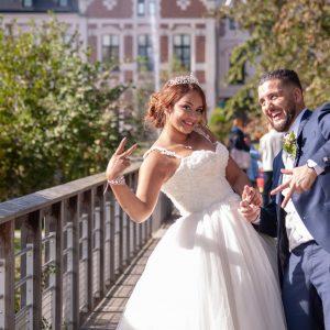 Mariés complices qui s'amusent avec la photographe, mariés souriants