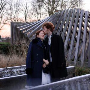 Photo de couple de mariage en hiver, coucher de soleil