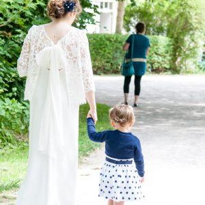 Mariée et petite fille qui se promènent dans un parc