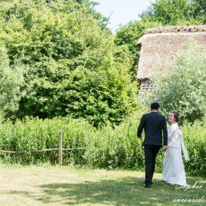 Photo volée d'un couple de mariés dans un parc