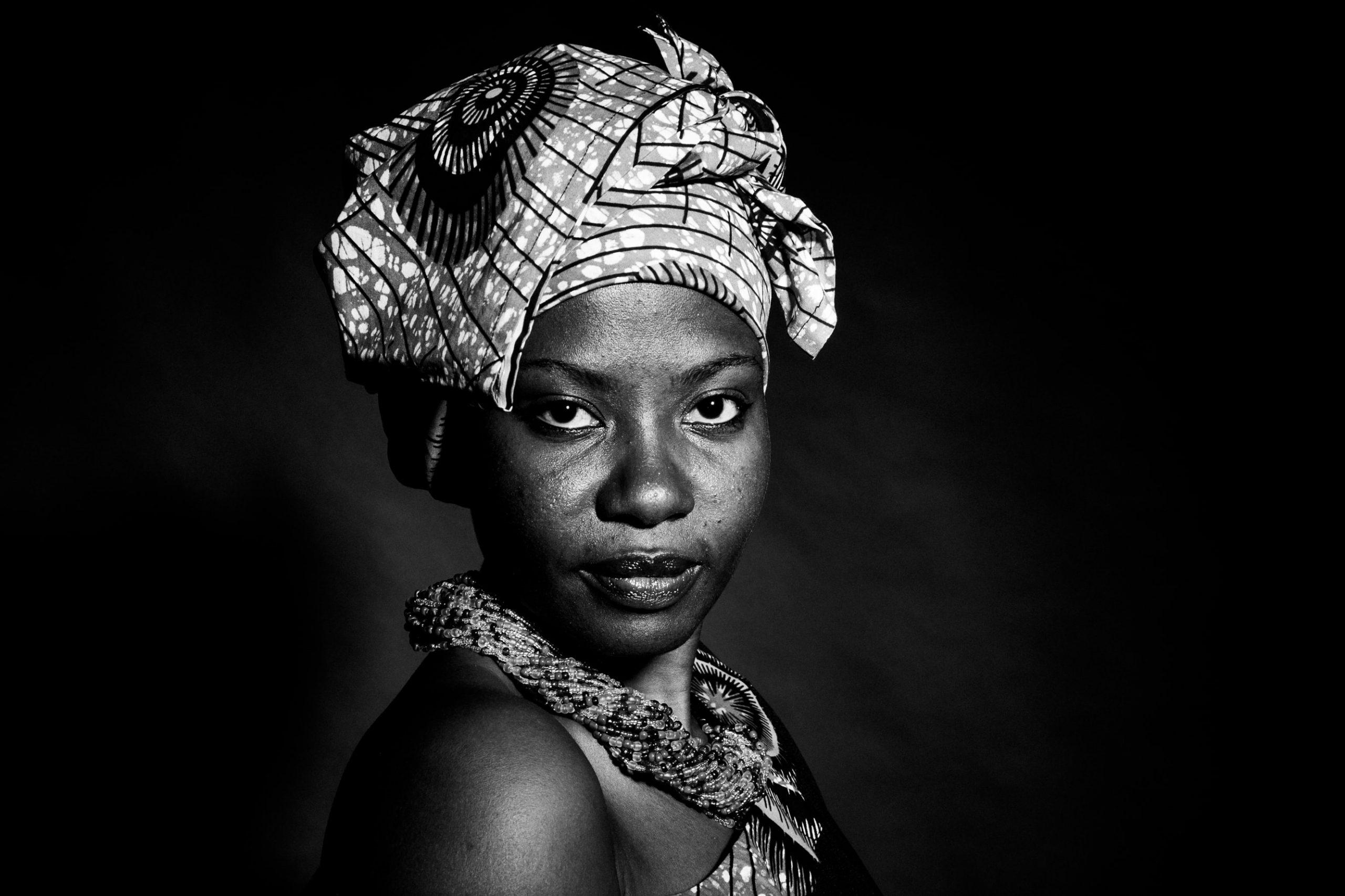 Portrait de femme africaine en noir et blanc