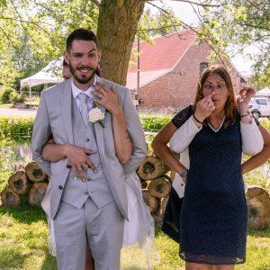 Jeux de mariés, grimaces et amusement lors d'un mariage