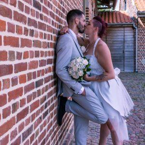 Photo de couple de mariés, mariée en basquettes