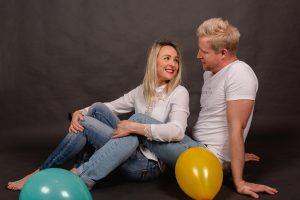 Photo de couple en studio avec des ballons