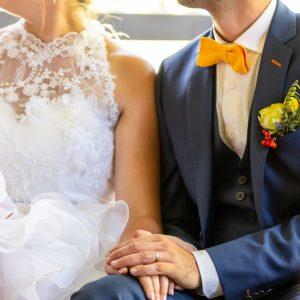 Photo d'un moment de complicité entre mariés durant la cérémonie laïque