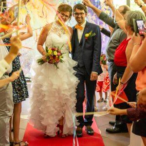 Sortie des mariés, haie d'honneur avec rubans