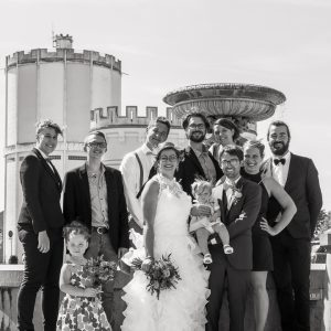 Photo de mariage, mariés et leurs invités en noir et blanc