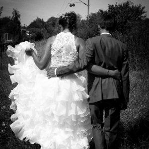 Photo de couple de dos en noir et blanc