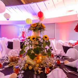 Décoration de salle de réception d'un mariage sur le thème des couleurs