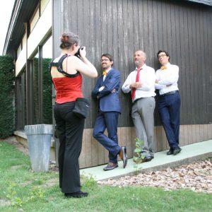 Photographe et ses modèles lors d'un mariage