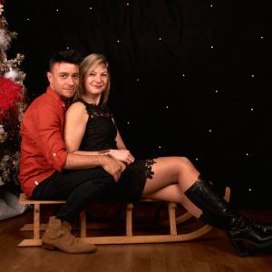 Photo frère et soeur sur le thème de noel, couleurs rouge et noir