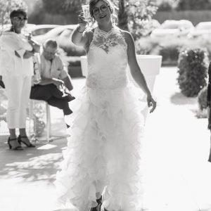 Portrait noir et blanc de la mariée pendant le vin d'honneur