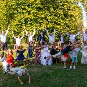 photo de mariage, mariés et leurs invités. Photo originale avec les enfants qui sautent dans tous les sens et les hommes qui sautent en l'air