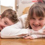 Photo d'un frère et de sa soeur chez soi, photo de famille à domicile