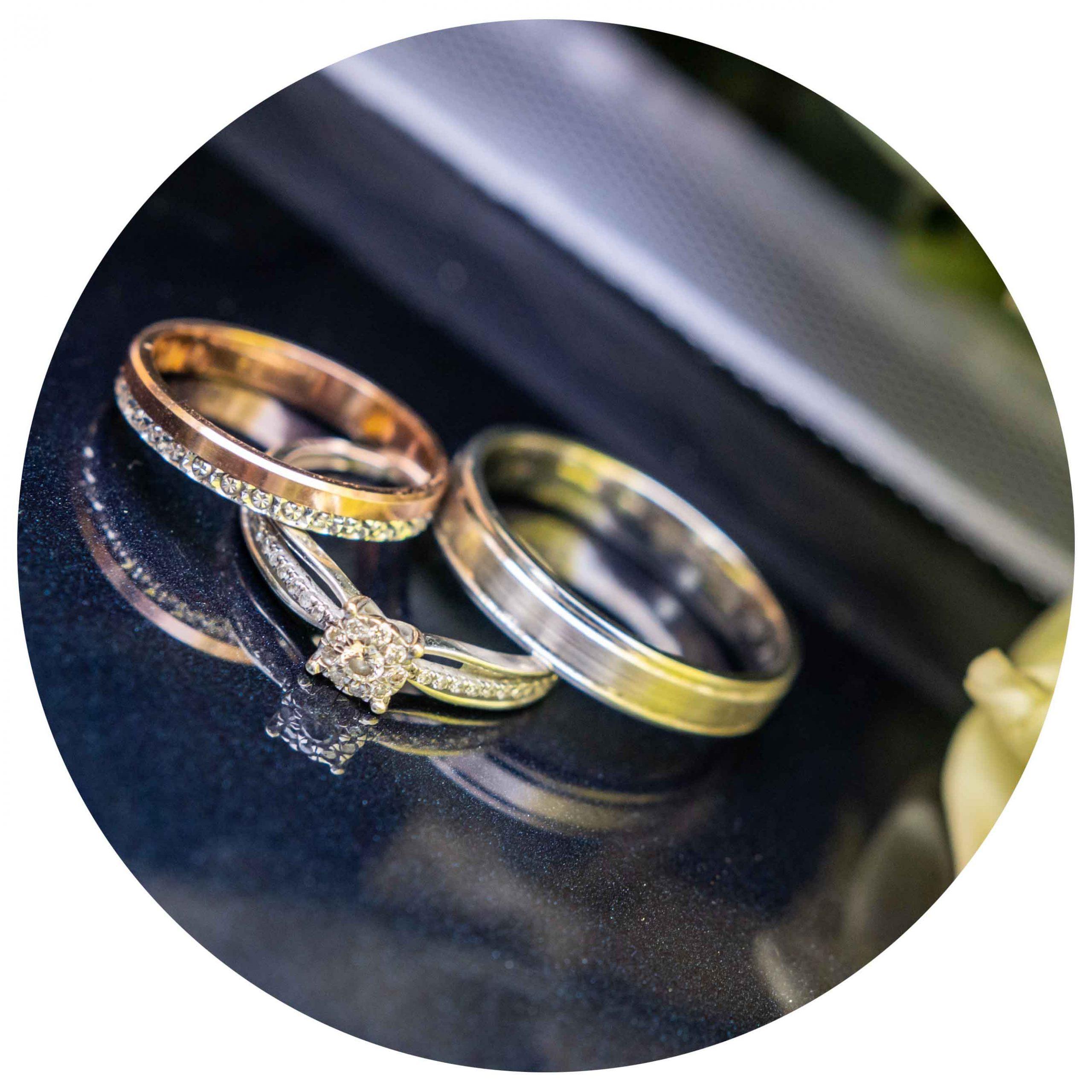 photos d'alliances le jour du mariage posées sur une surface brillante
