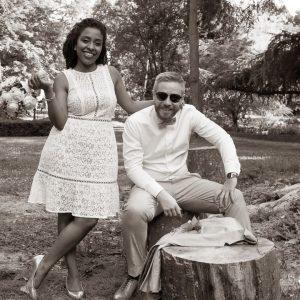 Photo décallée de couple de mariés en noir et blanc un peu sépia