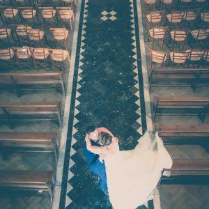 Photo de couple de mariés, porté dans l'allée centrale d'une église