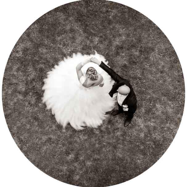 photo en noir et blanc de mariés prise au drone