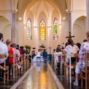 Photo de mariage durant la cérémonie religieuse avec une vue large du coeur de l'église d'Halluin