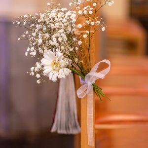 Décoration florale de cérémonie à l'église, bout de banc