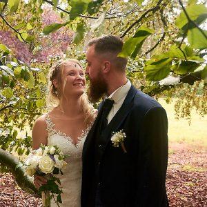 Photo de couple de mariés dans les arbres