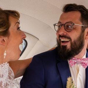 Portrait de mariés dans leur voiture, coccinelle blanche