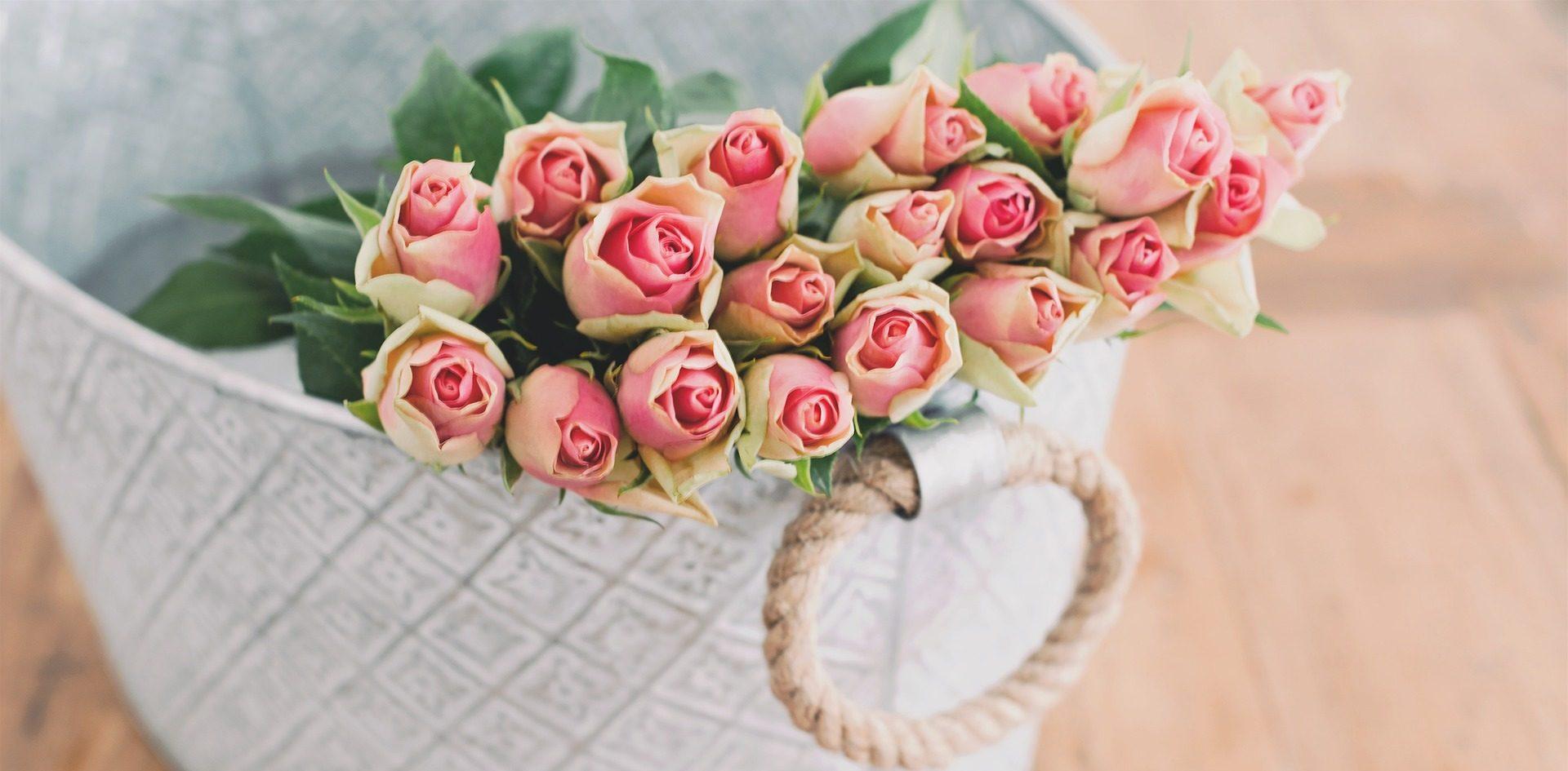Photo de panier avec des roses pâles