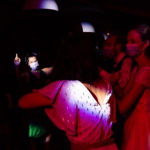 Photo de mariage, invitée sur la piste de danse avec son masque
