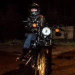 Portrait de femme motard sur sa moto, photo de nuit