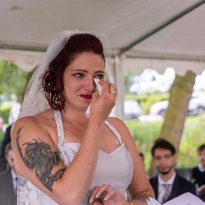 Photo couleur d'une Mariée en train de pleurer. Maquillage waterproof pour éviter de laisser des traces