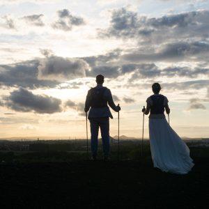 Couple de mariés sportifs, Trail, coucher de soleil sur un terril