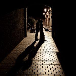 clair obscur de mariés dans un décor nocturne - Fort de Mons