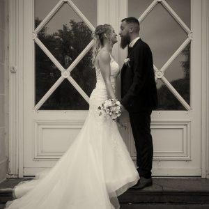 Couple de mariés Attiches en noir et blanc