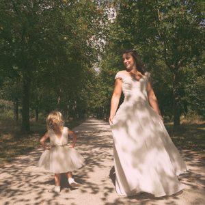 Mariée et sa fille prennent la pose pour la photo de mariage en famille