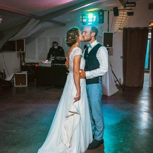 Ouverture de bal des mariés, couple en soirée, photo colorée