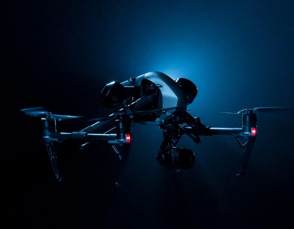 Photographie de drone en démonstration avec lumières bleu